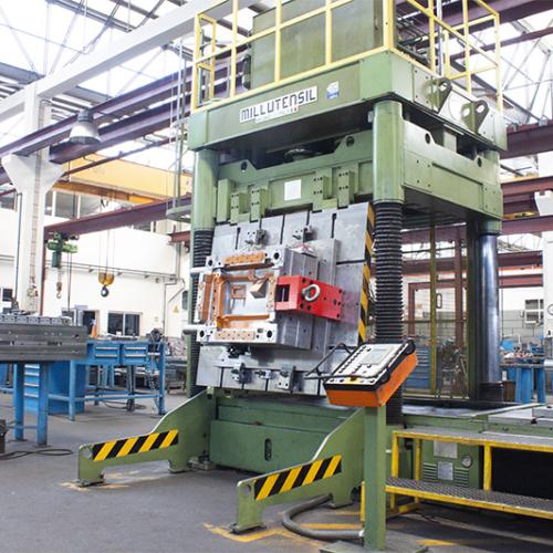 mold in millustensil press in the work bench