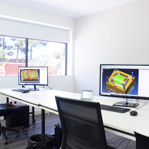 project room with 2 computers with 3d CAD CAE mold engeneering software on screen